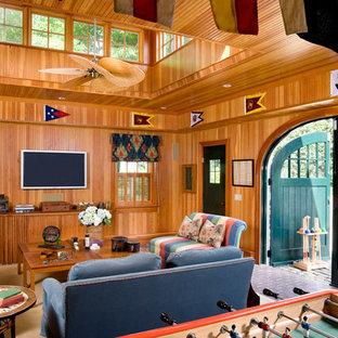Idee per un grande soggiorno classico aperto con pavimento in mattoni e TV a parete