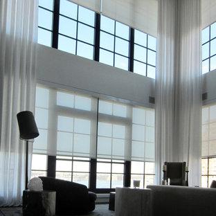 Modelo de salón tipo loft, minimalista, con paredes blancas y suelo de madera oscura