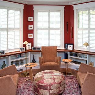 Immagine di un soggiorno classico di medie dimensioni con libreria, pareti rosse, parquet scuro, nessun camino e nessuna TV
