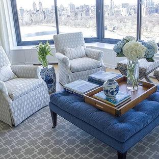 Esempio di un grande soggiorno classico aperto con sala formale, pareti bianche, parquet chiaro, nessun camino, nessuna TV e pavimento marrone