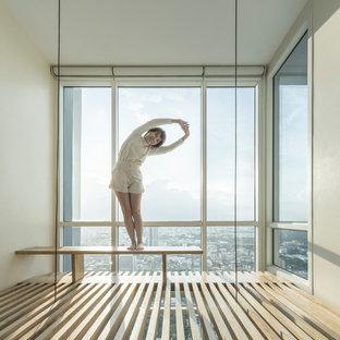 Стильный дизайн: маленькая изолированная гостиная комната в стиле кантри с белыми стенами и полом из фанеры - последний тренд