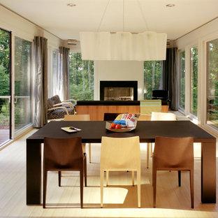 Idee per un soggiorno minimalista aperto con camino classico