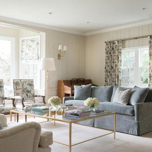 Großes, Repräsentatives, Fernseherloses, Abgetrenntes Shabby-Style Wohnzimmer ohne Kamin mit beiger Wandfarbe und dunklem Holzboden in New York