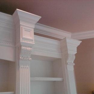 Foto de salón para visitas grande con paredes marrones, moqueta, chimenea de esquina, marco de chimenea de piedra, televisor retractable y suelo blanco