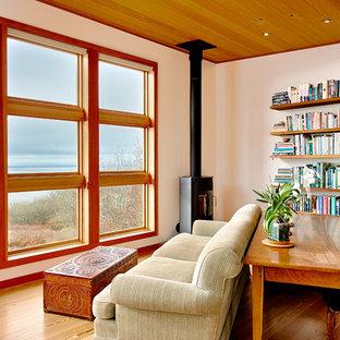 Diseño de salón abierto, minimalista, pequeño, con paredes blancas, suelo de madera clara y estufa de leña