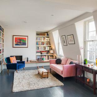Ejemplo de biblioteca en casa actual, sin televisor, con paredes blancas, suelo de madera pintada, chimenea de esquina y suelo azul