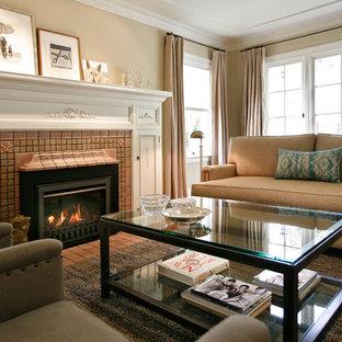 Modelo de salón para visitas cerrado, actual, con paredes beige, chimenea tradicional y marco de chimenea de baldosas y/o azulejos