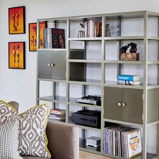 Esempio di un soggiorno minimalista di medie dimensioni e aperto con pareti bianche, pavimento in travertino e nessun camino