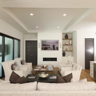 タンパの小さいビーチスタイルのおしゃれなリビングのホームバー (白い壁、淡色無垢フローリング、横長型暖炉、木材の暖炉まわり、埋込式メディアウォール) の写真