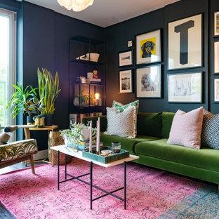 Idee per un soggiorno eclettico con pareti nere, parquet scuro e pavimento nero
