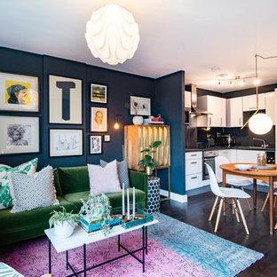 Foto di un piccolo soggiorno contemporaneo aperto con pareti nere, parquet scuro e pavimento marrone