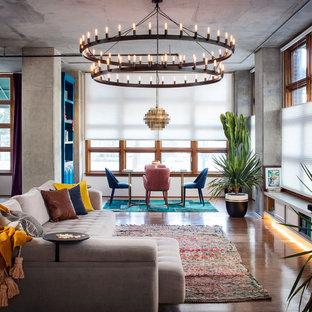 Imagen de salón abierto, bohemio, de tamaño medio, con paredes grises, suelo de madera en tonos medios, suelo marrón y televisor independiente