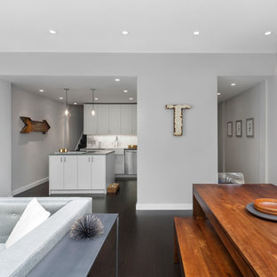 Immagine di un soggiorno minimalista di medie dimensioni e aperto con pareti grigie, sala formale, pavimento in legno verniciato e pavimento marrone