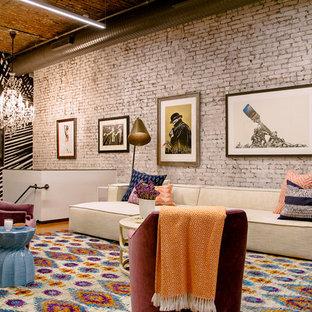 Imagen de salón para visitas tipo loft, bohemio, con paredes multicolor, suelo de madera en tonos medios y suelo marrón