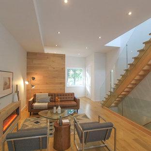 Ispirazione per un piccolo soggiorno moderno aperto con sala formale, pareti bianche, parquet chiaro, cornice del camino in legno, TV autoportante e camino lineare Ribbon