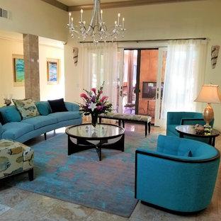 Ispirazione per un grande soggiorno classico aperto con pareti gialle, pavimento in travertino e pavimento beige