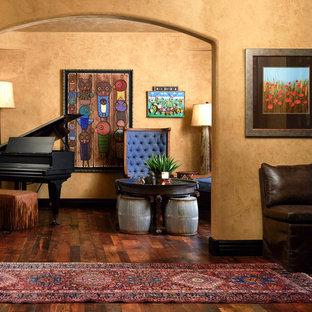 Foto di un piccolo soggiorno eclettico chiuso con sala della musica, pavimento in legno massello medio, nessun camino, nessuna TV e pavimento marrone