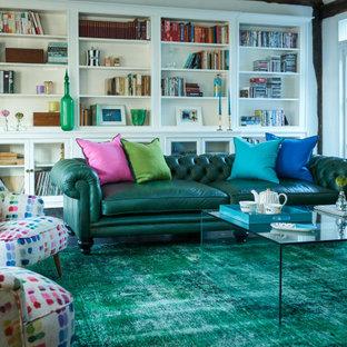 Esempio di un grande soggiorno bohémian chiuso con pavimento in ardesia, TV nascosta e pavimento multicolore