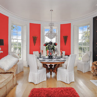 Ejemplo de salón bohemio con paredes rojas