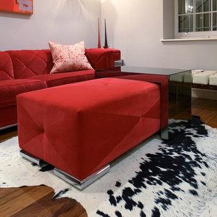 Immagine di un soggiorno boho chic di medie dimensioni e stile loft con pareti grigie, pavimento in legno massello medio e nessuna TV