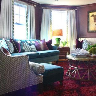 Esempio di un soggiorno bohémian di medie dimensioni e chiuso con libreria, pareti viola, parquet scuro, camino classico, cornice del camino in pietra, parete attrezzata e pavimento multicolore