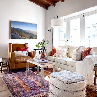 Inspiration för amerikanska vardagsrum, med vita väggar, klinkergolv i terrakotta och rött golv