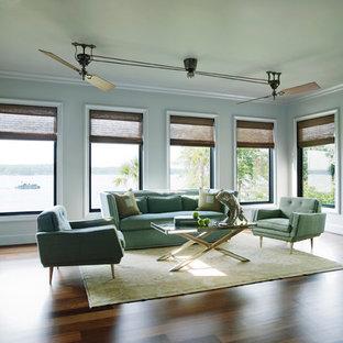 他の地域のモダンスタイルのおしゃれなリビング (白い壁、テレビなし、無垢フローリング、茶色い床) の写真