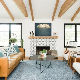 Ispirazione per un soggiorno eclettico di medie dimensioni e aperto con pareti bianche, pavimento in legno massello medio, camino classico, cornice del camino piastrellata, nessuna TV e pavimento multicolore