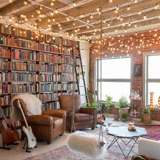 Cette Image Montre Un Salon Mansardé Ou Avec Mezzanine Bohème Avec Un Mur  Blanc, Béton