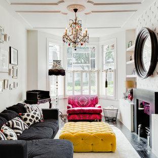 ロンドンの中サイズのヴィクトリアン調のおしゃれな独立型リビング (白い壁、濃色無垢フローリング、標準型暖炉、据え置き型テレビ) の写真