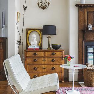 Repräsentatives Stilmix Wohnzimmer mit weißer Wandfarbe und hellem Holzboden in Sonstige