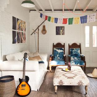 Inspiration för ett eklektiskt vardagsrum, med vita väggar och mellanmörkt trägolv