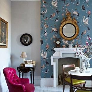 Ispirazione per un soggiorno eclettico aperto e di medie dimensioni con sala formale, pareti blu, pavimento in legno verniciato, camino classico, cornice del camino in intonaco e nessuna TV