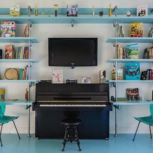 Aménagement d'un salon éclectique avec un mur blanc, un sol en bois peint et un sol turquoise.