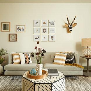 Idee per un piccolo soggiorno boho chic chiuso con pareti beige, parquet scuro, nessun camino, nessuna TV, libreria e pavimento marrone