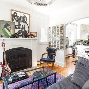 Imagen de salón ecléctico con paredes blancas, suelo de madera en tonos medios, chimenea tradicional y suelo marrón