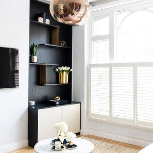 Mittelgroßes, Offenes Modernes Wohnzimmer mit blauer Wandfarbe und Sperrholzboden in London