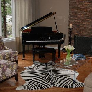 ポートランドの中くらいのエクレクティックスタイルのおしゃれな独立型リビング (ミュージックルーム、ベージュの壁、無垢フローリング、標準型暖炉、石材の暖炉まわり、テレビなし) の写真