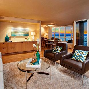 Diseño de salón marinero, sin chimenea y televisor, con paredes marrones y suelo de madera en tonos medios