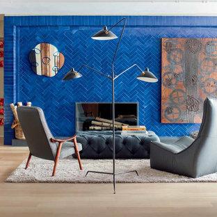 Foto di un soggiorno contemporaneo con parquet chiaro, camino classico e cornice del camino in mattoni