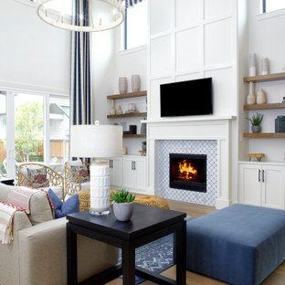 Inspiration för mycket stora klassiska allrum med öppen planlösning, med vita väggar, ljust trägolv, en standard öppen spis, en spiselkrans i trä, en väggmonterad TV och beiget golv