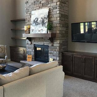 Esempio di un grande soggiorno american style aperto con angolo bar, pareti beige, moquette, camino classico, cornice del camino in pietra, TV a parete e pavimento bianco