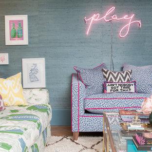 Immagine di un soggiorno boho chic con pareti blu, parquet chiaro e angolo bar