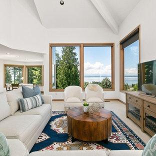 シアトルのビーチスタイルのおしゃれなLDK (フォーマル、白い壁、据え置き型テレビ、ベージュの床) の写真