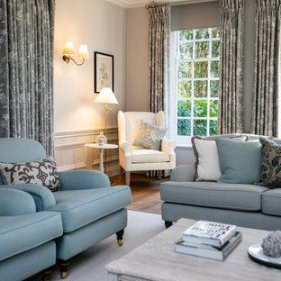 Idéer för stora vintage separata vardagsrum, med ett finrum, grå väggar, mellanmörkt trägolv, en standard öppen spis, en spiselkrans i sten, en väggmonterad TV och brunt golv