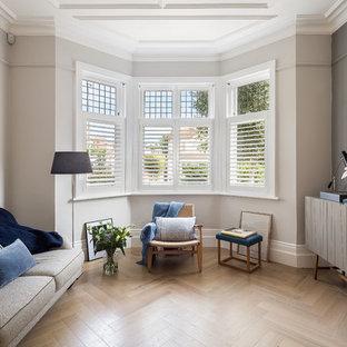 ロンドンの北欧スタイルのおしゃれなリビング (フォーマル、ベージュの壁、淡色無垢フローリング、暖炉なし、テレビなし) の写真