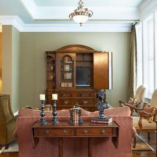 Klassisk inredning av ett stort allrum med öppen planlösning, med bruna väggar, mörkt trägolv, en dold TV, ett finrum, en standard öppen spis och en spiselkrans i trä