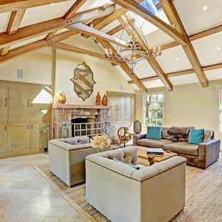 Idee per un grande soggiorno classico chiuso con libreria, pareti beige, pavimento in linoleum, camino classico e cornice del camino in pietra