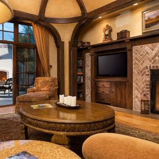 Bild på ett stort vintage allrum med öppen planlösning, med mellanmörkt trägolv, en standard öppen spis, en spiselkrans i tegelsten, beige väggar och en dold TV