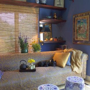Foto de salón cerrado, asiático, de tamaño medio, con paredes azules, suelo de madera en tonos medios, televisor independiente y suelo beige